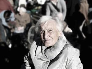 dependent-依存-認知症-女性-古い-年齢-アルツハイマー病-退職後の家.jpg